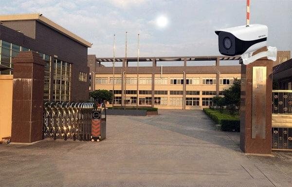 Vị trí lắp đặt camera giám sát ở cổng ra vào của nhà máy, nhà xưởng